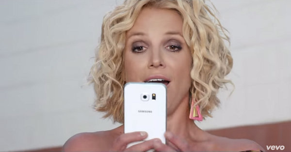 Samsung Galaxy in Britney Spears and Iggy Azalea's Pretty Girls (2015, RCA, screen capture)