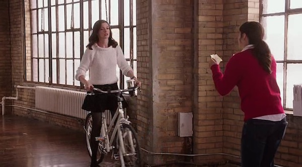 Jules riding bike in The Intern (2015, Warner Bros., screen capture)